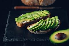 Avocado kanapka na ciemnym żyto chlebie robić z świeżymi pokrojonymi avocados od above Zdjęcie Royalty Free