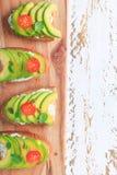 Avocado kanapka na ciemnym żyto grzanki chlebie robić z świeży pokrojonym obraz stock