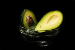 Avocado lokalisiert auf einem schwarzen Hintergrund Stockbild