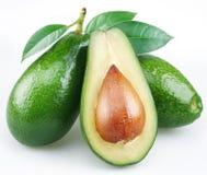 Avocado met bladeren stock fotografie