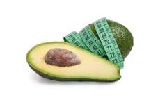 Avocado met een meetlint dat op wit wordt geïsoleerdn royalty-vrije stock afbeeldingen