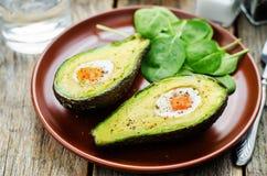 Avocado met ei wordt gebakken dat Royalty-vrije Stock Foto's