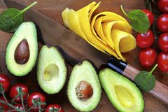 Avocado met mango & kersentomaten wordt gesneden die Stock Foto