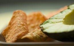 Avocado met tortillaspaanders Stock Fotografie