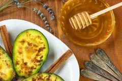 Avocado mit Zimt und Honig Stockbild
