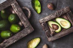 Avocado nützliches Lebensmittel auf dem Tisch Landhausstil stockfotos