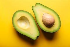 Avocado na żółtym tle Zdjęcia Stock