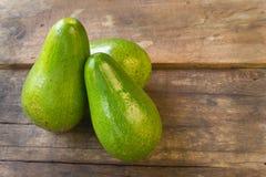 Avocado na drewnianym tle Zdjęcia Royalty Free