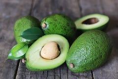 Avocado na drewnianym tle Fotografia Royalty Free