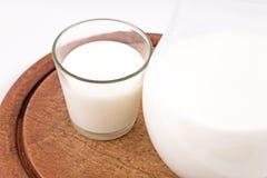 Avocado odizolowywający na białym tle Z szkłem mleka i drewna talerz zdrowa żywność Fotografia Stock