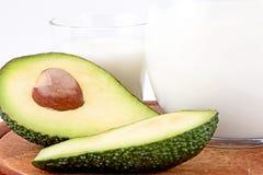 Avocado odizolowywający na białym tle Z szkłem mleka i drewna talerz zdrowa żywność Zdjęcia Stock