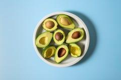 Avocado op ceramische plaat stock foto's