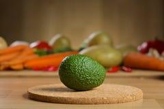 Avocado op de houten lijst Royalty-vrije Stock Afbeelding