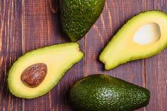 Avocado op een bruine achtergrond Stock Foto
