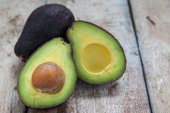 Avocado op een donkere houten achtergrond stock foto