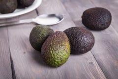 Avocado op een lijst Stock Afbeeldingen