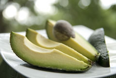 Avocado op plaat Stock Fotografie