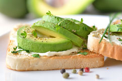 Avocado op toost Stock Foto's
