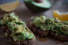 Avocado op Toost met Citroen en Olive Oil op Houten Lijst Royalty-vrije Stock Afbeelding