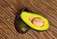Avocado owoc na drewnianym tle Fotografia Stock