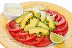 Avocado, pomodoro e lattuga deliziosi dell'insalata Fotografia Stock