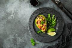 Avocado, quinoa, czarnej fasoli, kukurudzy i dzwonkowego pieprzu sałatka, słuzyć obraz royalty free