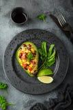 Avocado, quinoa, czarnej fasoli, kukurudzy i dzwonkowego pieprzu sałatka, słuzyć zdjęcie stock