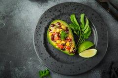 Avocado, quinoa, czarnej fasoli, kukurudzy i dzwonkowego pieprzu sałatka, słuzyć obrazy royalty free