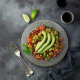 Avocado, quinoa, fasoli, kukurudzy i dzwonkowego pieprzu sałatka, popielaty backgrou fotografia royalty free