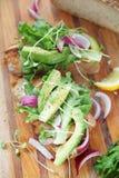 Avocado's en uien met gerookte zalmsandwich royalty-vrije stock afbeeldingen