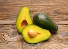 Avocado's op een houten lijst royalty-vrije stock afbeeldingen