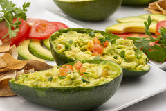 Avocado-Salat angefüllt in einer Avocado stockbilder