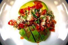 Avocado-Salsa überzogen auf einem glänzenden weißen Teller lizenzfreies stockfoto