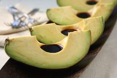 Avocado-Scheiben mit balsamischem Lizenzfreie Stockbilder