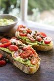 Avocado-Toast mit Cherry Tomato- und Kapriolen-Salsa stockfotos