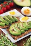 Avocado und Ei auf Crackern Lizenzfreies Stockbild