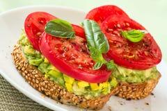 Avocado und Tomate auf Toast. Lizenzfreies Stockfoto