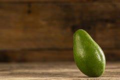Avocado verde brillante su legno immagine stock