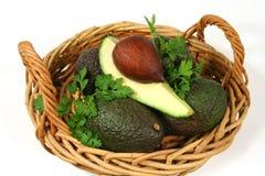Avocado-Viertel in einem Korb Lizenzfreies Stockfoto