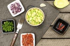 Avocado, Zwiebel, tomaten, Paprika, Bestandteile für guacomole lizenzfreie stockfotos