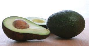 Avocadoes dwa, jeden przekrawający pokazywać pypeć Obrazy Stock