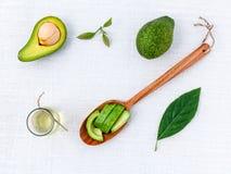 Avocadoöl auf dem weißen Tabellenhintergrund sauber und gesund Lizenzfreies Stockbild