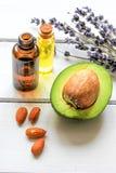 Avocadoolie voor met de hand gemaakte schoonheidsmiddelen met kruid op houten achtergrond royalty-vrije stock foto
