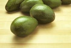 Avocados auf einem Ausschnittvorstand Lizenzfreies Stockfoto
