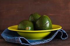 Avocados auf grüner Platte lizenzfreies stockfoto