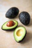 Avocados - geschnitten u. vollständig lizenzfreie stockbilder