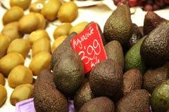 Avocados mit Preis auf Fruchtmarkt Stockbild