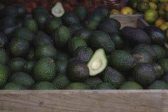 Avocados na targowym pokazie zdjęcia stock