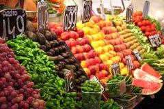 Avocados und chilis auf Nahrungsmittelmarkt Stockfotos