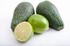 Avocados und Kalke lizenzfreie stockfotos